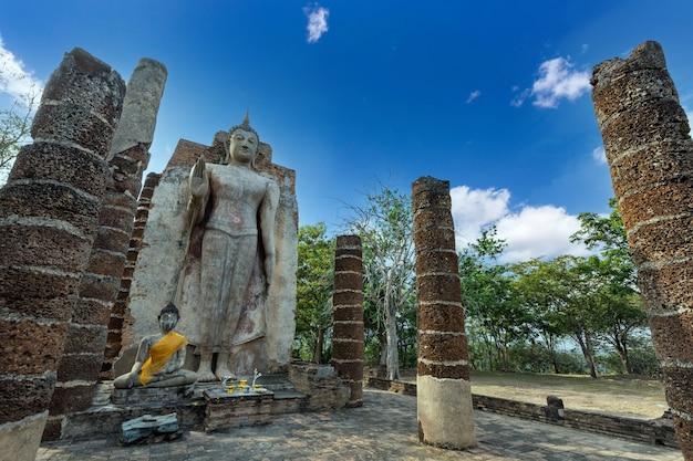 Ват сапхан хин, провинция сукотаи, таиланд, объект всемирного наследия, расположенный за стенами старого города сукхотай.