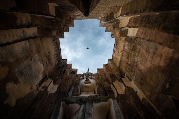 수코타이 역사 공원의 wat si chum은 buddha phra achana sukhothai의 역사적인 장소 큰 동상입니다