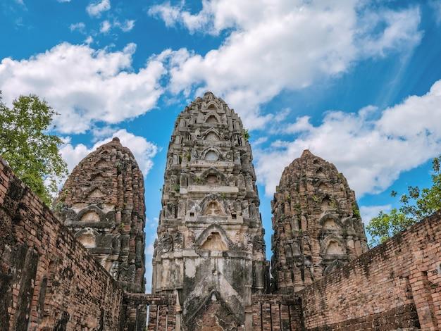 Храм ват си савай в историческом парке сукхотай