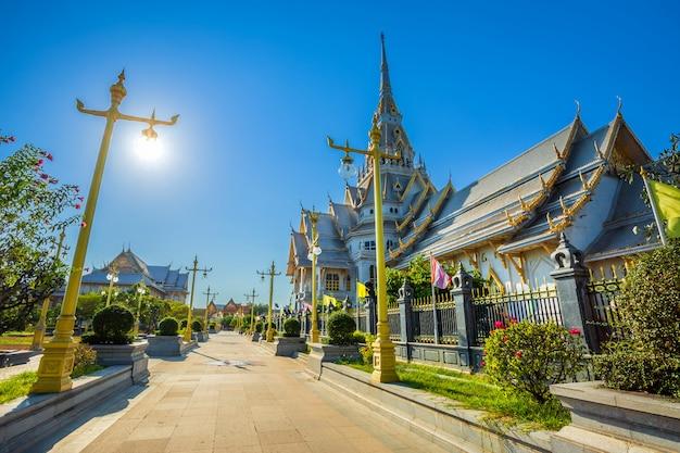 Wat sothonwararamは歴史的中心部にある仏教寺院です。