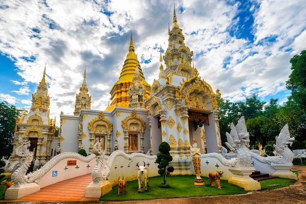 ワットスリドルンムルチェンマイのサラフィー寺院、青空の正面を望む美しい寺院としても知られています