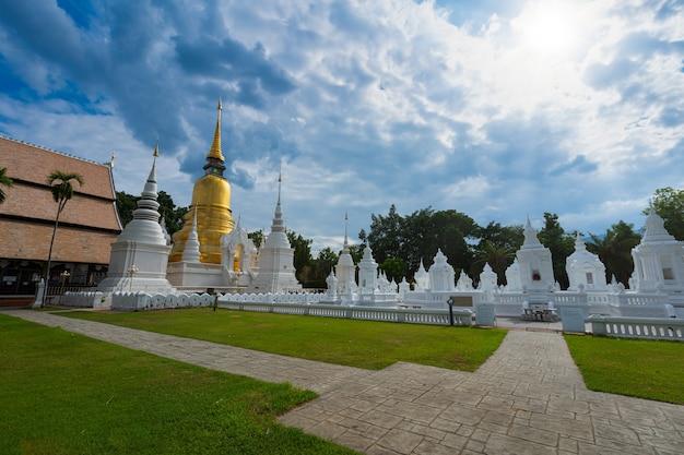 Ват суан док - буддийский храм (ват) в закатном небе - одна из основных туристических достопримечательностей чиангмая на севере таиланда.