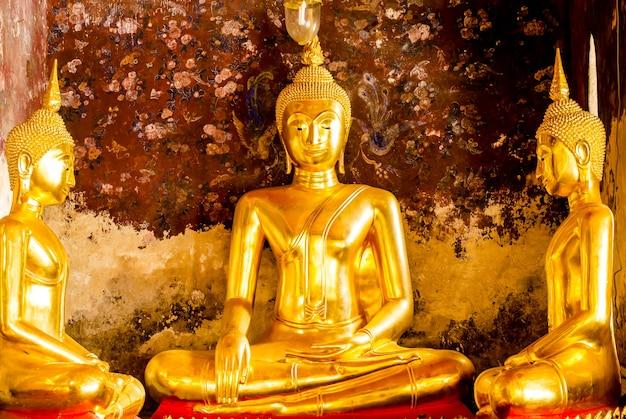 Wat suthat thepwararam、バンコク、タイの金色の仏陀の3人