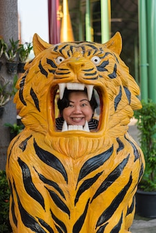 Плавучий рынок ват такиен в нонтхабури, таиланд