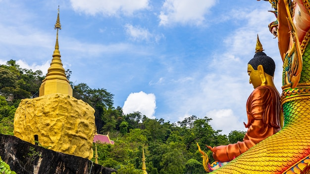 Wat tham pha dan, сакон накхон, таиланд, золотая пагода wat tham pha dan на вершине горы.