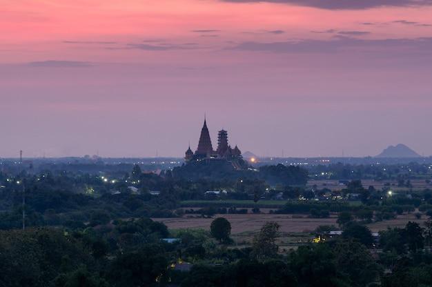 夜明けにカラフルな空と丘の上のワットタムスア寺院