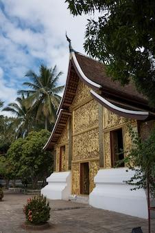 仏教寺院、wat xieng thong寺院、ルアンプラバン、ラオスの彫刻されたファサード