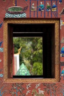寺院、wat xieng thong寺院、ルアンパバン、ラオスの窓のクローズアップ