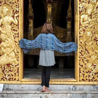 寺院、wat xiengトン、ルアンパバン、ラオスに立っている女性の後ろ姿