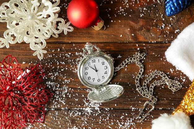 Часы и украшения на столе. рождественский обратный отсчет