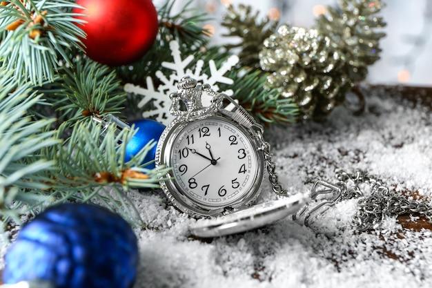 テーブルの上の時計と装飾。クリスマスのカウントダウンの概念