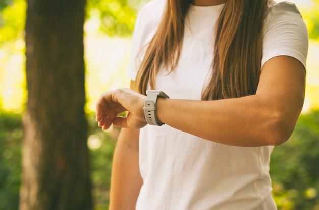 女性の手で見る