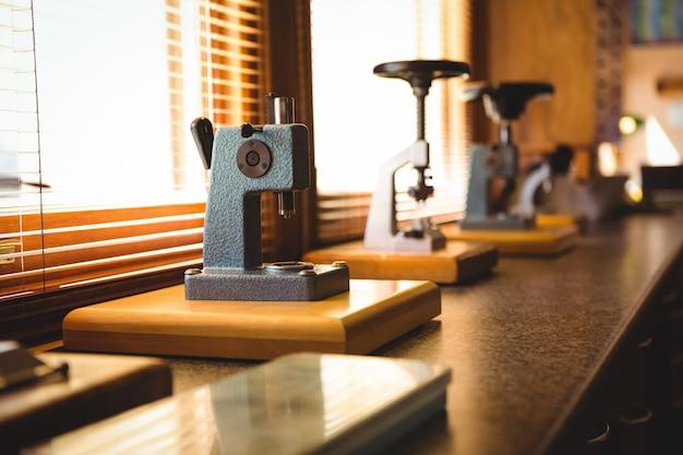 時計を修理のために顕微鏡に置いた
