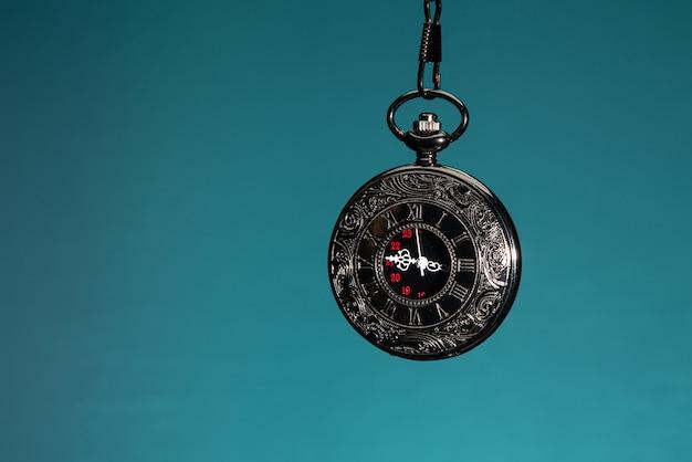 파란색 배경에 가까이에 빈티지 포켓 시계.