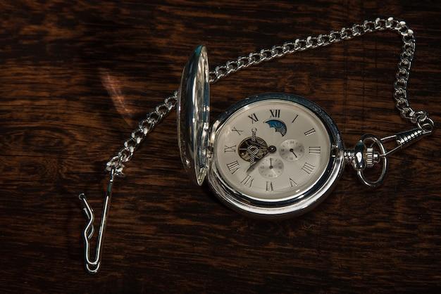 소박한 나무 표면에 가까이에 빈티지 포켓 시계.