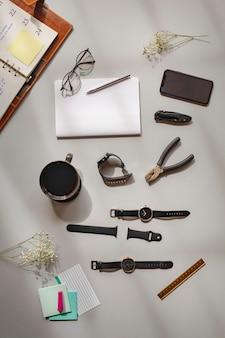 時計とペンチをテーブルに