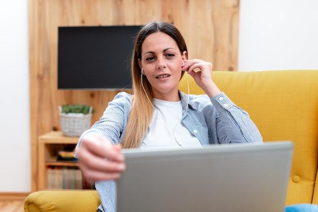Просмотр онлайн-уроков, чтение интернет-блогов, изучение нового, проведение лекционных уроков, виртуальное собрание класса, удаленная работа в офисе, идея компьютерной презентации