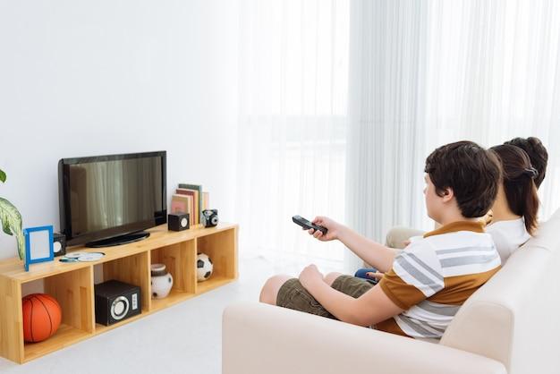 Смотря телевизор