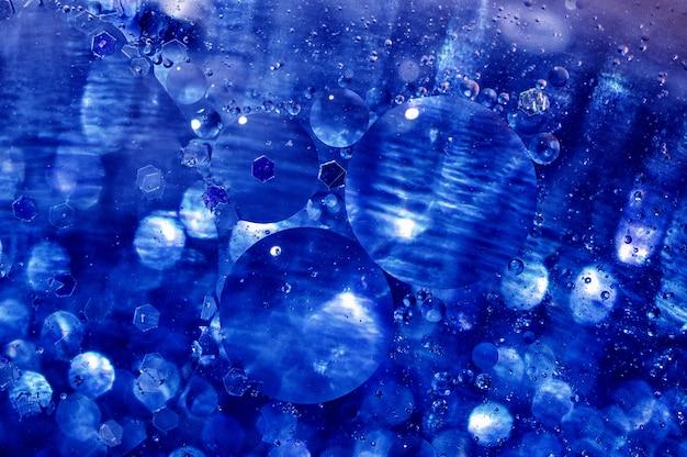 水と油の泡、青い円と楕円に基づく美しい色の抽象的な背景