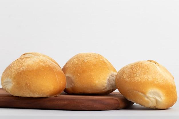 白い背景の上のウォーターボールパン。
