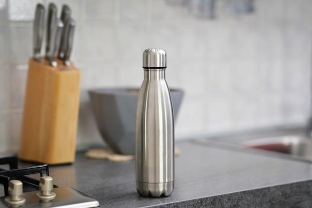 식탁 위의 물병 복사 공간 스틸 보온 물병 플라스틱이 없어야 합니다 폐기물 제로