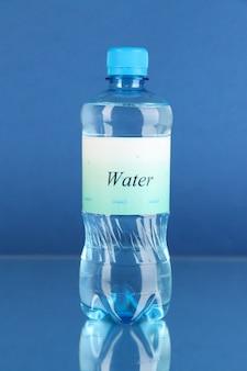 青い背景にラベルの付いた水筒