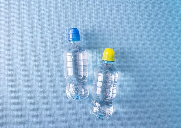 파란색 스포츠 매트에 운동선수를 위한 물병
