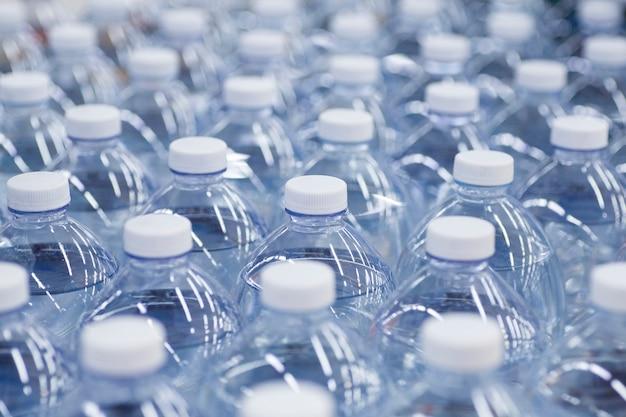ペットボトルのきれいな飲料水のスーパーマーケットパッケージの水筒