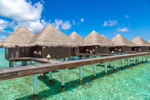 Водные бунгало на тропическом острове на мальдивах