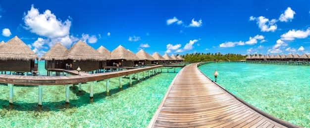 モルディブの熱帯の島の水上バンガロー