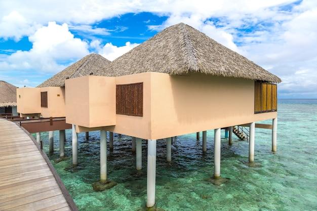 몰디브의 열대 섬에있는 워터 방갈로