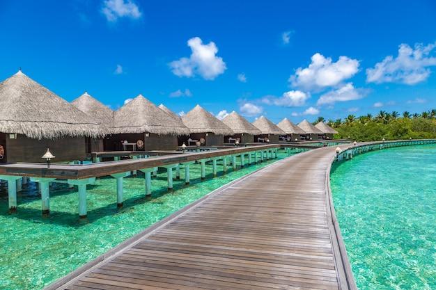 モルディブの熱帯の島にあるウォーターバンガロー
