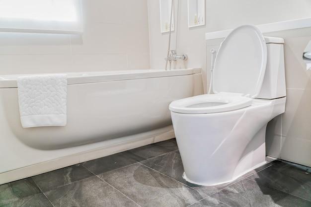 Шкаф для ванной в ванной комнате