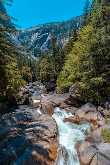 ヨセミテのバーナル滝から流れてくる水。カリフォルニア、米国
