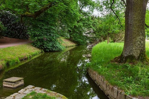 여름 도시 공원에서 잔디 초원에 물도 랑 채널
