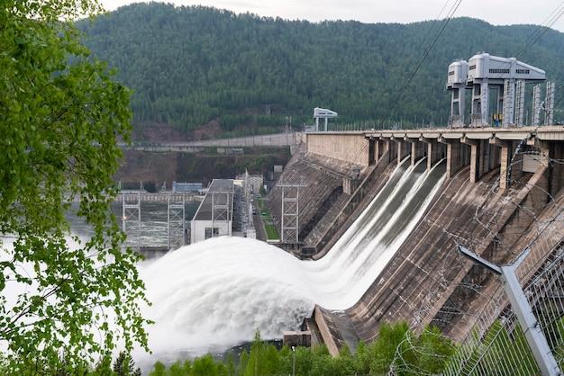 러시아 홍수와 파도 파도에 크라스노야르스크 댐 수력 발전소에서 물 배수 파 빠른 물이 흐릅니다.