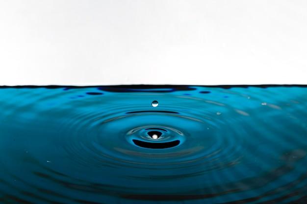 욕조에 떨어지는 물