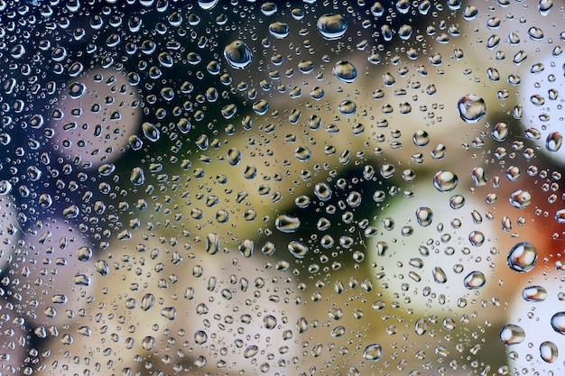 워터 드롭, 아름다운 배경을 가진 유리에 비가 드롭