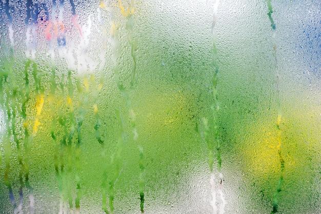 ガラス窓に露の水滴凝縮背景