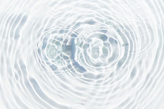 물방울은 햇빛에 물의 투명한 표면에 떨어집니다. 평면도, 평면도.