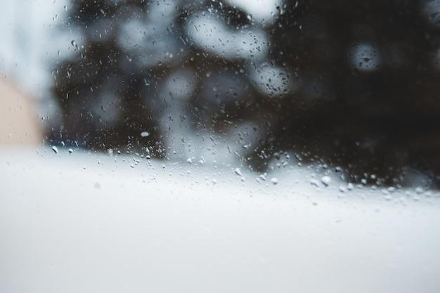 Капли воды на стеклянном окне