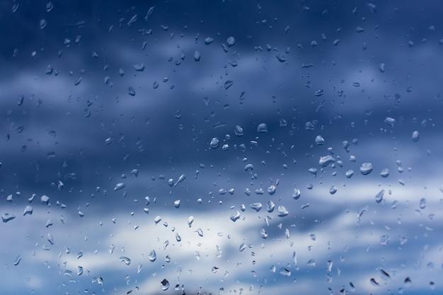 Капли воды на стекле под дождем.