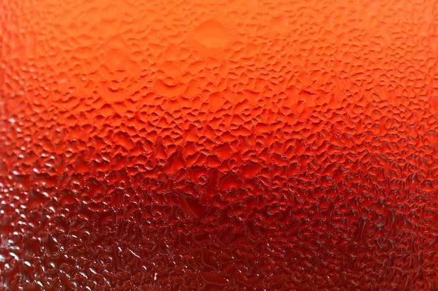 활기찬 레드 냉장 된 음료 한 잔의 물방울 질감