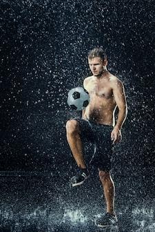 フットボール選手の周りの水滴