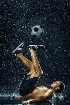 サッカー選手の周りの水滴