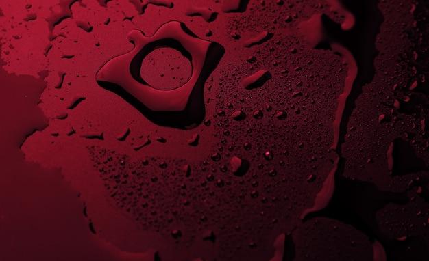 赤い背景に水滴