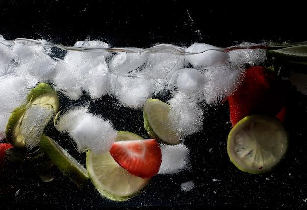 熟した甘い果物とベリーに水が滴ります。あなたのテキストのコピースペースと新鮮な果物の背景。ビーガンとベジタリアンの概念。