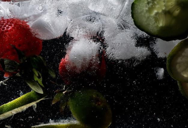 熟した甘い果物とベリーに水が落ちる。あなたのテキストのコピースペースと新鮮な果物の背景。ビーガンとベジタリアンの概念。
