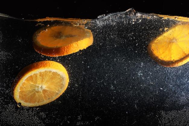 Капли воды на спелом сладком апельсине. свежий мандарин фон с копией пространства для вашего текста. веганские и вегетарианские концепции.