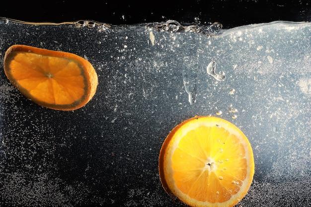 물 잘 익은 달콤한 오렌지에 삭제합니다. 텍스트 복사 공간이 있는 신선한 만다린 배경. 채식주의자와 채식주의자 개념.